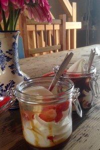 Lokaal in Vaassen soft ijs eten,